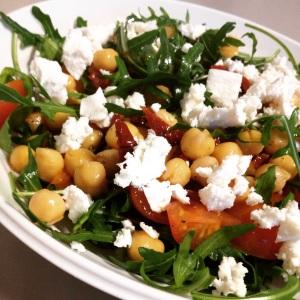 Salade met kikkererwten en geitenkaas